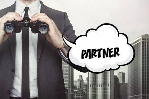 Mediazione immobiliare in forma societaria. Anche il semplice collaboratore deve essere iscritto all'albo?