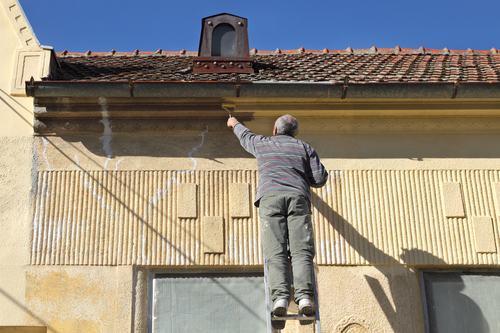 L'amministratore risponde del reato di lesioni personali per il distacco di materiale edile dalla facciata dello stabile.