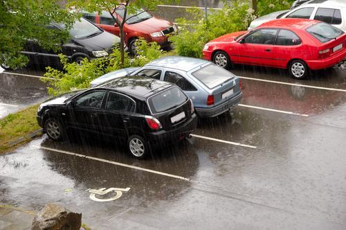 Ostruire il passaggio ad un'altra auto fa scattare il reato di violenza privata