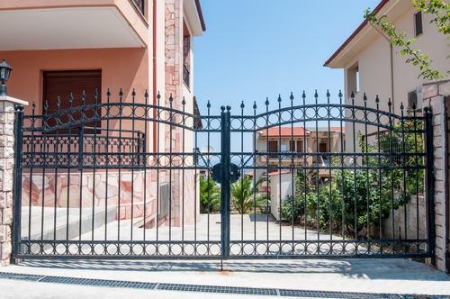 La manutenzione del cancello è a carico dei soli condomini che risultano comproprietari del cortile