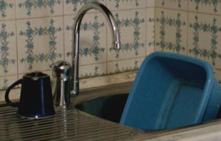 L'acqua in casa va riallacciata con urgenza se le bollette non pagate riguardano solo il garage