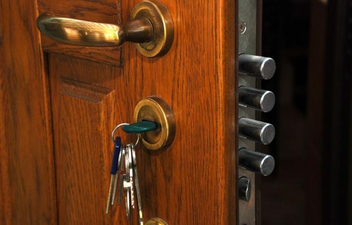 Se il condomino rompe il cilindro della porta d'ingresso, chi paga?
