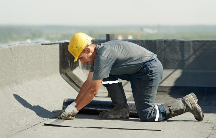 Infiltrazioni e condensa provenienti dal lastrico solare ad uso esclusivo. Anche il condomino è responsabile