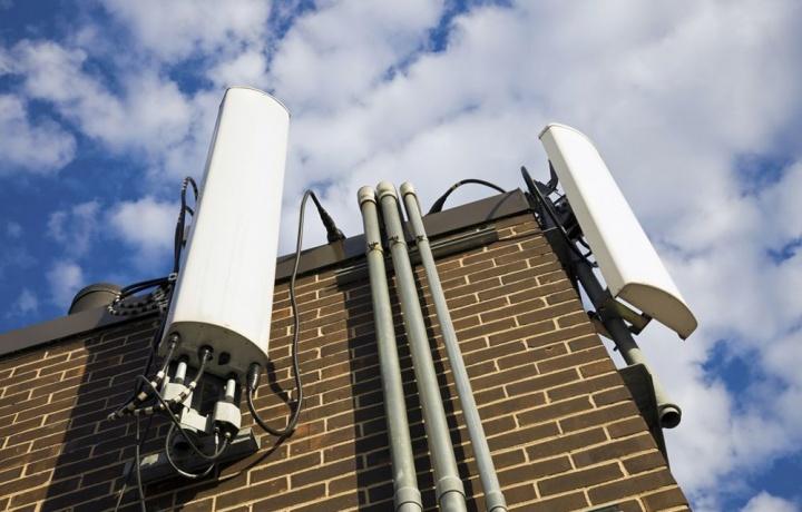 Mega-antenna per cellulari. Non è necessario rispettare la distanza minima dalla strada.