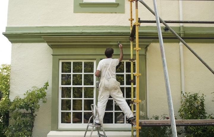 Cambio colore della facciata e alterazione del decoro architettonico dell'edificio