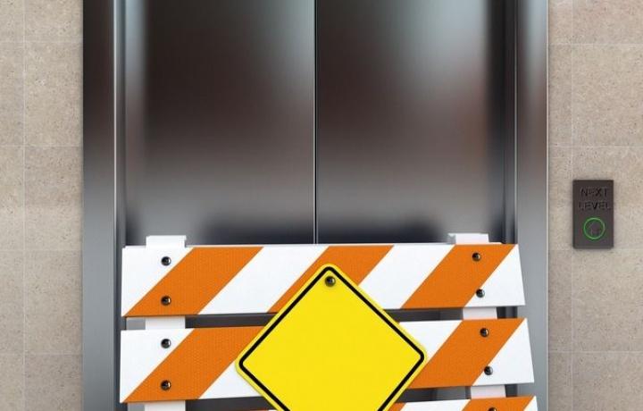 Sicurezza ascensori. Salta la norma sugli adeguamenti obbligatori prevista dalla Raccomandazione UE