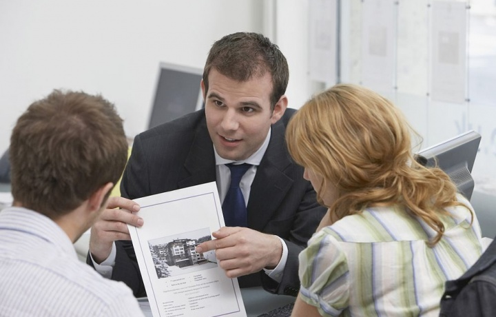 Compravendita di immobile gravato da contratto di locazione. L'agente immobiliare deve sempre informare i contraenti