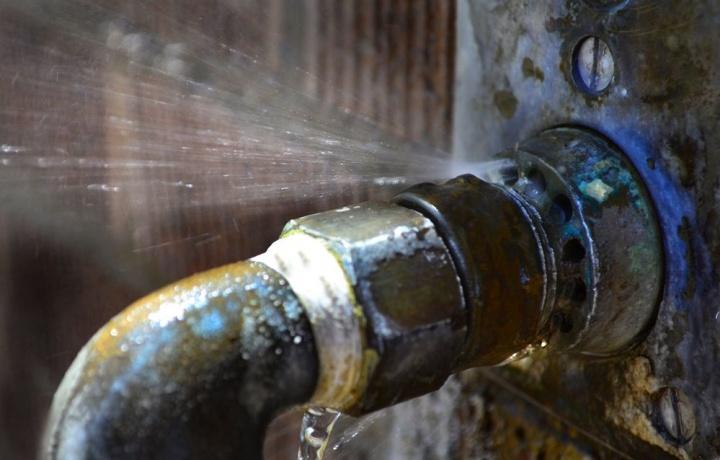 Condominio e locatore responsabili per i danni da scorrimento ed infiltrazioni d'acqua a causa della cattiva manutenzione del tetto