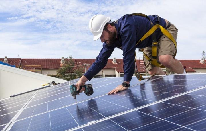 Installazione pannelli solari, lastrico solare e ripartizione delle spese per il rifacimento.