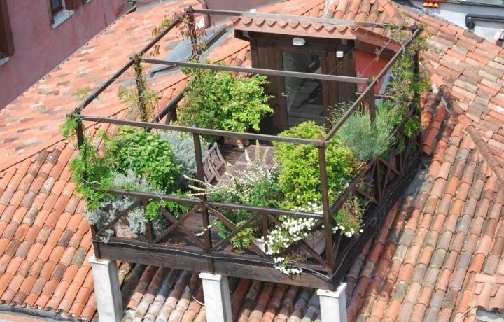 Stop alla costruzione di una altana sul tetto condominiale se blocca le antenne degli altri.