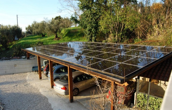 Tettoia con pannelli solari da demolire se lesiva del decoro architettonico