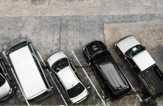 Parcheggio. Anche se scoperto, si paga la tassa sui rifiuti.