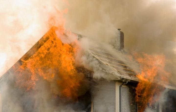 L'incendio causato dall'inadeguato isolamento della canna fumaria del camino legittima la responsabilità dell'appaltatore