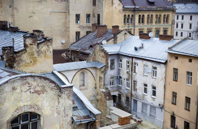 Per il crollo di un muro deve essere respinta la richiesta di risarcimento indirizzata solo a una parte del complesso.
