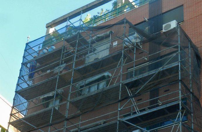 L'impresa appaltatrice e il direttore dei lavori rispondono in solido dei danni arrecati al condominio.