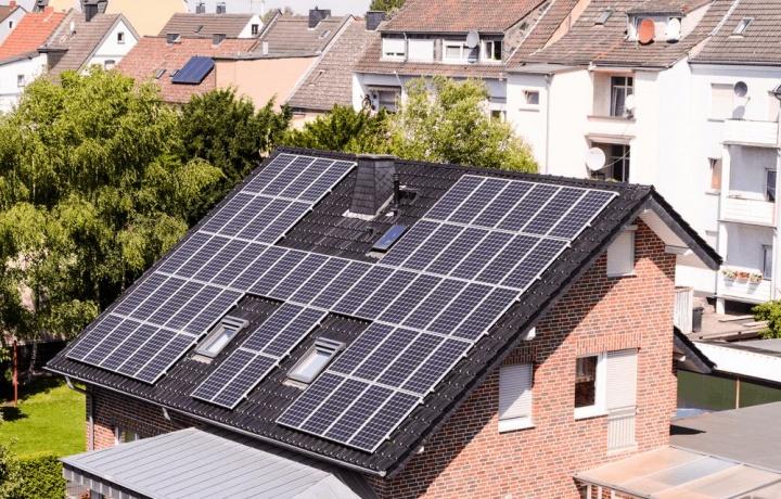 Risparmio energetico e pannelli fotovoltaici. L'uniformità di colori è sufficiente a tutelare il contesto ambientale