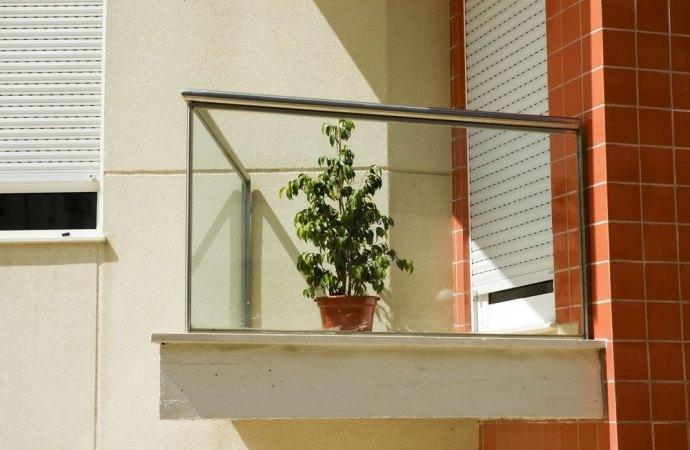 Balconi in condominio. Nulla la delibera che assume decisioni sui beni di proprietà esclusiva.