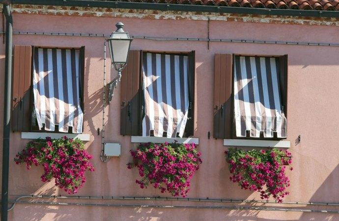 Piante e fiori sul balcone e alterazione del decoro architettonico