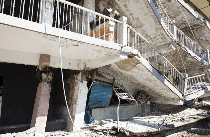 Se l'edificio implode per un cedimento strutturale, l'assicurazione non risarcisce il danno.