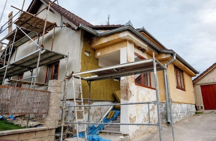 Contratto di appalto. Se il condominio sospende i lavori di manutenzione, senza un valido motivo, paga i danni