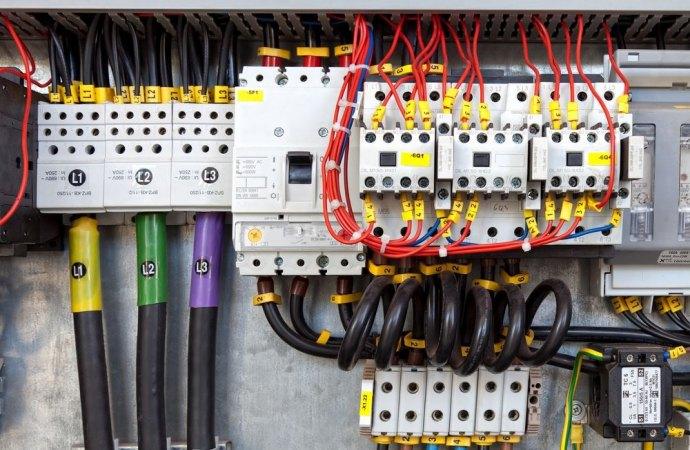 Abuso edilizio. Operai responsabili per l'allaccio alla reti elettrica e idrica dell'opera realizzata senza permesso per costruire.