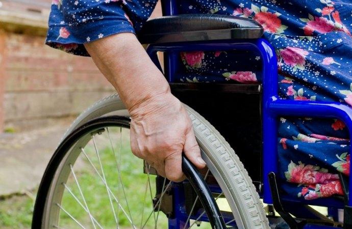 Il regolamento condominiale non può vietare all'anziano del superattico l'installazione dell'ascensore