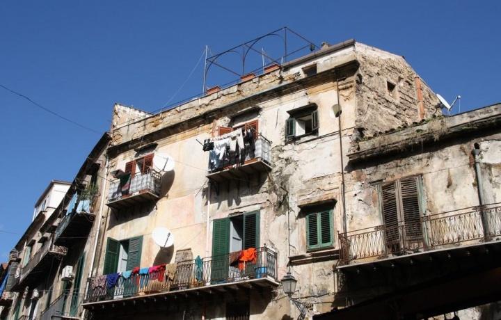 Cede il parapetto del balcone, l'inquilino cade. Responsabile il padrone di casa