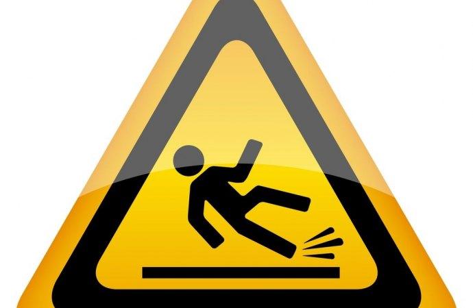Caduta nel cortile condominiale. Se il danneggiato conosce il luogo scatta il riconoscimento di una sua responsabilità concorrente.