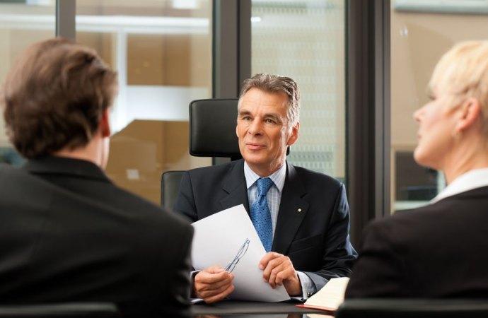 Se il notaio non «consiglia» la clausole da inserire nel contratto preliminare di compravendita, paga i danni