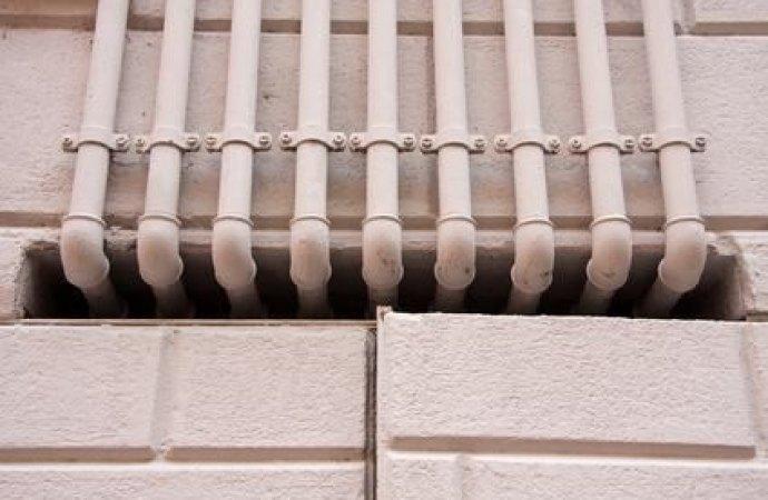 Cavi Enel che attraversano la facciata di un edificio. Al proprietario non spetta alcun risarcimento