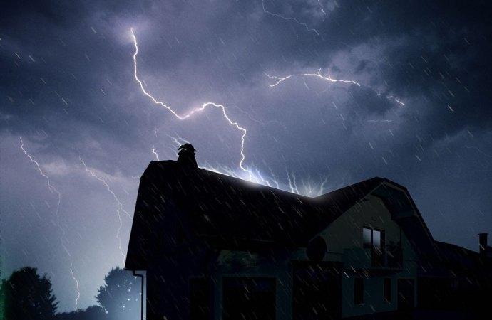 Un fulmine incendia il tetto condominiale. L'amministratore risarcisce il condominio per il mancato rinnovo tempestivo della polizza