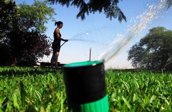 Allarme siccità. Fioccano le multe. Vietato riempire piscine, innaffiare giardini e orti, lavare automezzi e spazi esterni