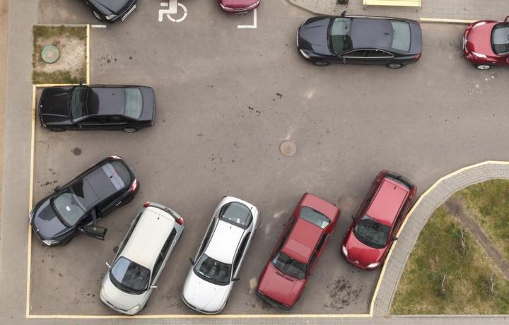 Si può parcheggiare in cortile durante la pausa pranzo anche se il condomino ha già il suo garage