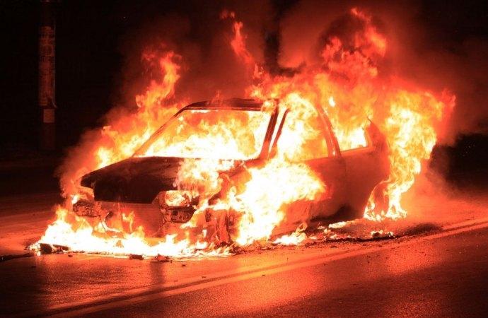 Auto posteggiate in fiamme, facciata condominiale danneggiata: chi paga?