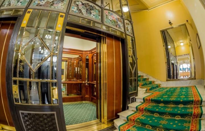 Caduta di una bambina nel vano ascensore di un palazzo: ne rispondono anche i proprietari delle altre scale