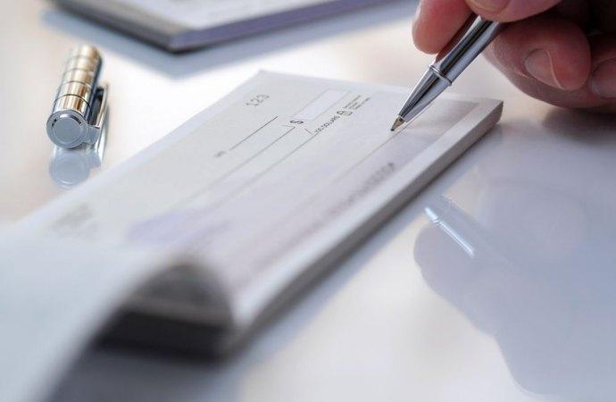 Conti correnti condominiali. L'amministratore di condominio emette assegni con provvista in favore dei fornitori e collaboratori di un altro condominio. Quali responsabilità?