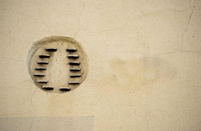 La posa delle tubazioni di scarico nel muro condominiale e la realizzazione dello scarico a parete non alterano la destinazione della cosa comune.