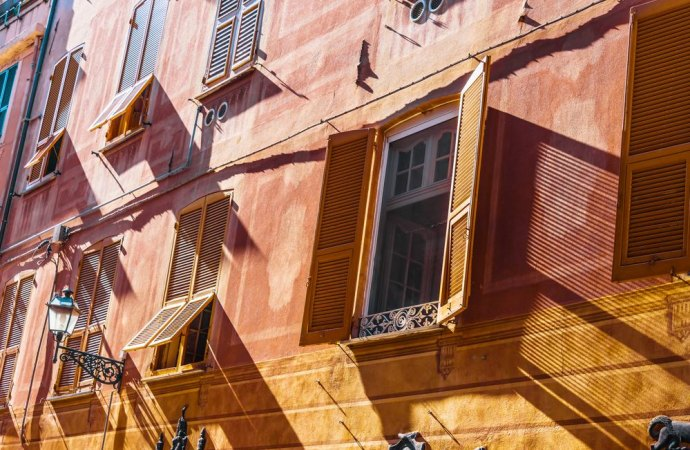 Fenomeno degli affitti brevi in condominio e limiti del regolamento condominiale
