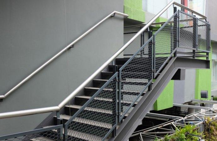 Caduta dalle scale condominiali esterne nessun risarcimento se non si prova che sono scivolose.