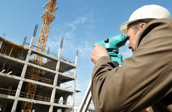 Anche i terrapieni devono rispettare le distanze legali. TAR e Cassazione affermano che costituiscono costruzioni.