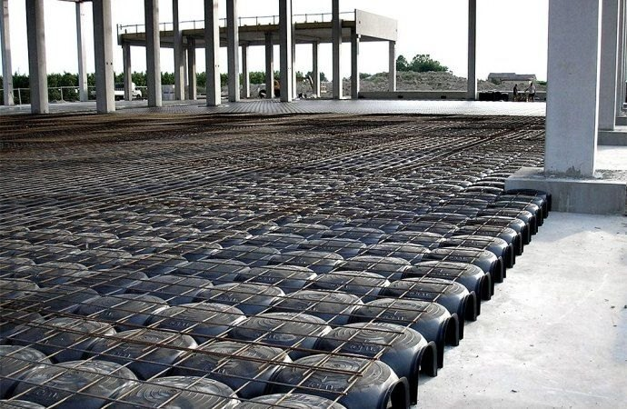 Assenza del vespaio e malfunzionamento del sistema di smaltimento delle acque meteoriche. Responsabili in solido Comune e condominio