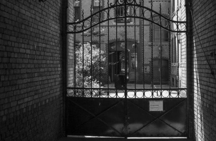 Non è esperibile la tutela possessoria a fronte di una delibera che disciplina l'uso del portone condominiale.