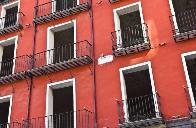 Il distacco dell'intonaco dal parapetto del balcone causato dal gelo è un grave difetto