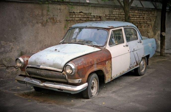 Auto abbandonata nel parcheggio condominiale: quali rimedi ?