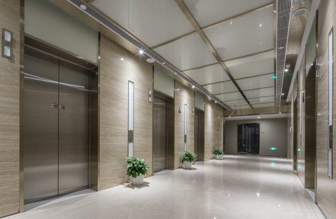 Alle spese di sostituzione dell'ascensore concorrono anche i condomini proprietari dei negozi.