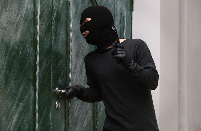 Furti in casa. La legittima difesa scatta anche se chi si introduce nell'abitazione altrui non mostra un'arma in mano