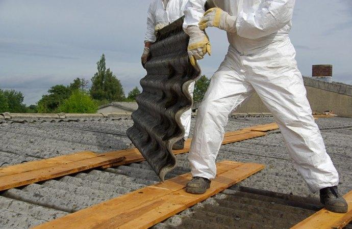 Rimozione amianto sul tetto condominiale. Necessaria l'iscrizione all'albo degli smaltitori