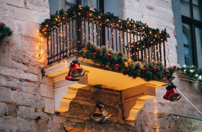 Posso mettere gli addobbi natalizi sul balcone?