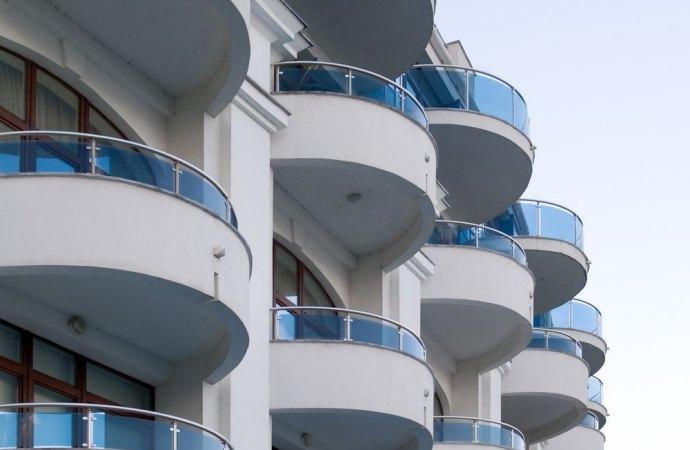 Balconi e ripartizione spese. Se i parapetti hanno una funzione estetica, il danneggiato deve chiamare in causa tutti i condomini