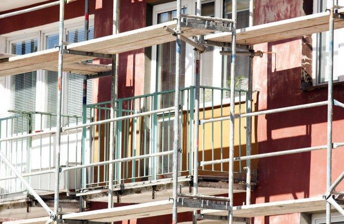 L'installazione dei ponteggi danneggia economicamente il negozio a piano terra. Ne risponde il condominio?